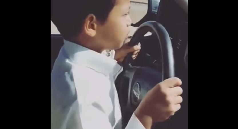 El niño de Arabia Saudita que maneja a 200 km/hr